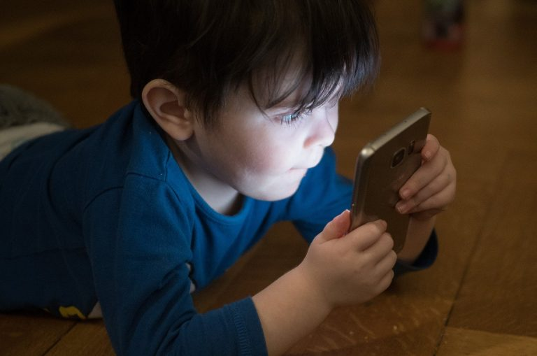 Efectele expunerii la ecrane asupra copiilor preșcolari