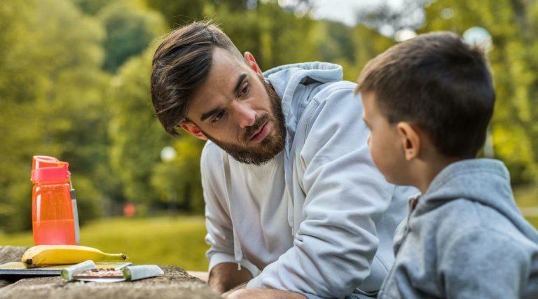 Relația părinților cu copiii: plasa de siguranță împotriva bullying-ului