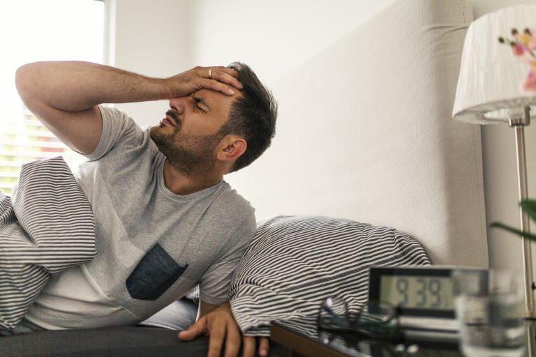 Cum să te trezești mai ușor dimineața? Tipul de alarmă contează