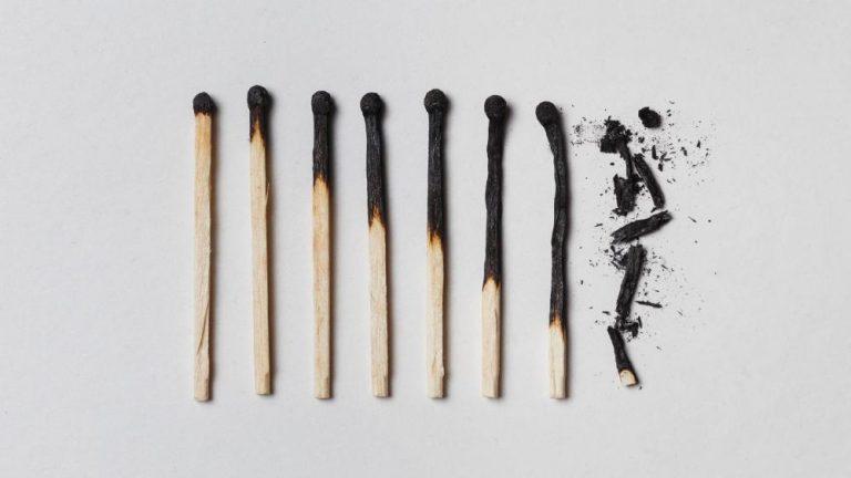 Sindromul burnout – cum apare, cum se manifestă, ce e de făcut