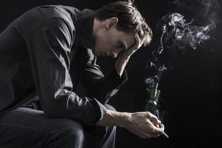 Tristețea te poate împiedica să renunți la fumat, dar te și face să fumezi mai mult