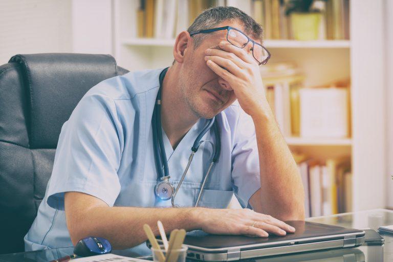 Cum să reducem burnout-ul medicilor și personalului sanitar