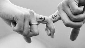 cuplu se tine de mana