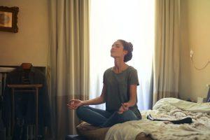 fata care mediteaza