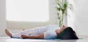 relaxare musculara intins pe podea