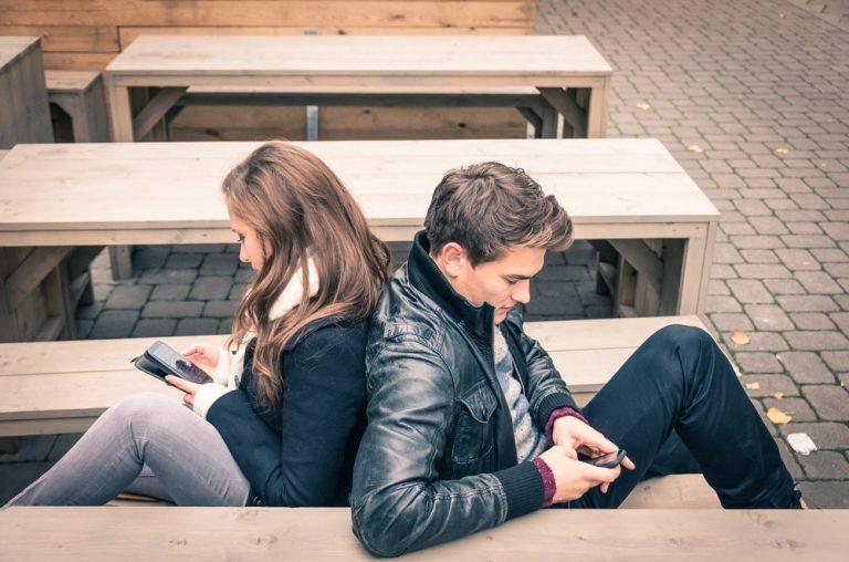 Influența rețelelor de socializare în relația de cuplu
